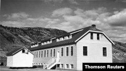 یک ساختمان مدرسه بومیان کانادا در کمپلوس