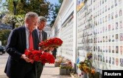 Джон Болтон під час церемонії біля меморіалу загиблим на сході України