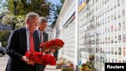 Джон Болтон (впереди слева) и Уильям Тейлор, исполняющий обязанности посла США в Украине, возлагают цветы к мемориалу памяти погибшим в Донбассе украинским военным. Киев, 27 августа 2019.