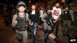 اسرائیلی پولیس حملے میں ملوث فلسطینیوں کو گرفتار کر رہی ہے۔