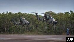 호주 다윈에서 육군 헬리콥터 편대가 비행하고 있다.