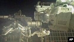 Astronot NASA Chris Cassidy dan Bob Behnken saat melakukan spacewalk di luar ISS.