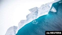 Фото для ілюстрації: айсберг A68a, 2020 рік. Цей айсберг був свого часу найбільшим у світі, але розбився об острів в Арктиці, створивши загрозу для тисяч пінгвінів