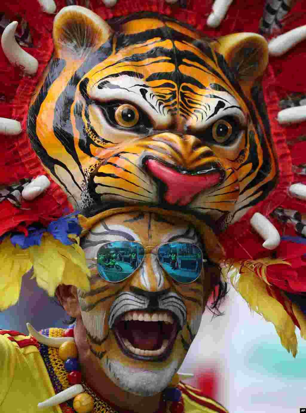 콜롬비아 북부 바랑키야에서 콜롬비아와 아르헨티나의 '2022 카타르 월드컵' 출전 자격을 건 예선전을 앞두고 콜롬비아 축구팬이 호랑이 분장을 하고 있다.