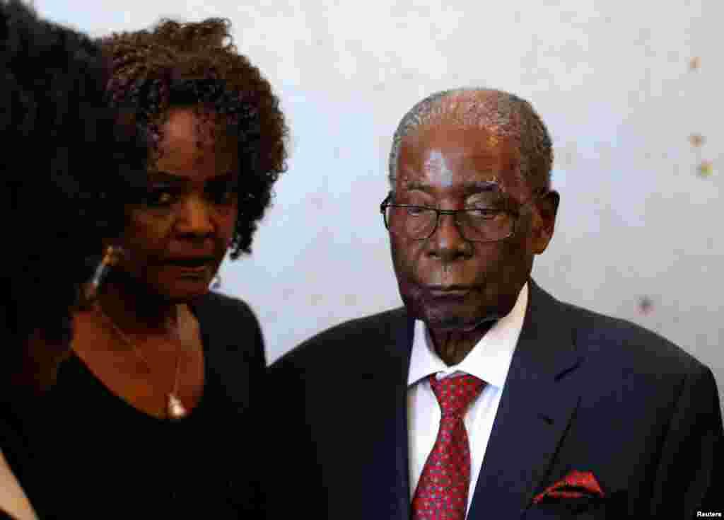 O antigo presidente zimbabueano, Robert Mugabe e a sua esposa, Grace nas eleições gerais em Harare no dia 30 de Julho 2018.