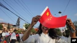 尼泊尔人在路边欢迎中国国家主席习近平访问加德满都。(2019年10月12日)