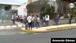 Ante la falta de empleo, nicaragüenses, entre ellos muchos refugiados, han acudido a donación de comidas de ONGs.[Foto: Armando Gómez/VOA]