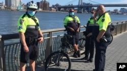 Arhiva - Policajci patroliraju Ist river parkom, tokom pandemije koronavirusa, u Njujorku, 2. maja 2020.