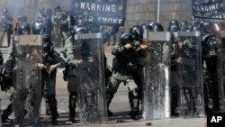 Policajci se spremaju da pucaju u demonstrante na Politehničkom univerzitetu u Hong Kongu