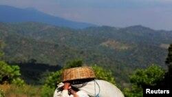 Un trabajador lleva un saco de granos de café recién cosechados en la cooperativa de café de Santa Adelaida en La Libertad, en las afueras de San Salvador. [Foto: Archivo]