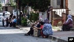 مردم استانبول پس از وقوع زمین لرزه به خیابان ها آمدند - ۴ مهر