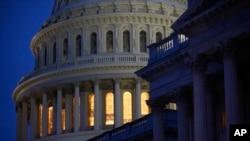 资料照片:夜色下的美国国会大厦。(2020年3月16日)