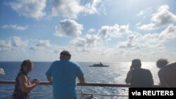 2020年2月12日,在泰國沿海的威士特丹號遊輪上看到泰國海軍一艘隱形護衛艦。