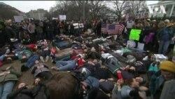 Підлітки влаштували «лежачий протест» біля Білого дому з вимогою змінити правила обігу зброї. Відео
