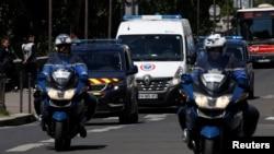 Un convoi de policiers transporte le fugitif rwandais Felicien Kabuga au palais de justice de Paris où Kabuga doit comparaître pour une audience de mise en accusation, France, 19 mai 2020.