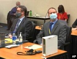 Pengacara pembela Eric Nelson (kiri) dan mantan polisi Minneapolis Derek Chauvin mendengarkan keterangan Hakim Wilayah Hennepin Peter Cahill saat memimpin mosi pra-sidang, 29 Maret 2021.