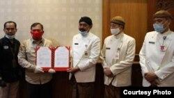 Walikota Solo, Rudy (tengah, memegang dokumen) didampingi Wakil Walikota Achmad Purnomo (dua dari kanan) saat menerima secara simbolis dokumen serah terima penyerahan dua ekor sapi hewan kurban bantuan Presiden Jokowi kepada Pemkot Solo, Kamis (23/7). (Foto : Pemkot Surakarta)