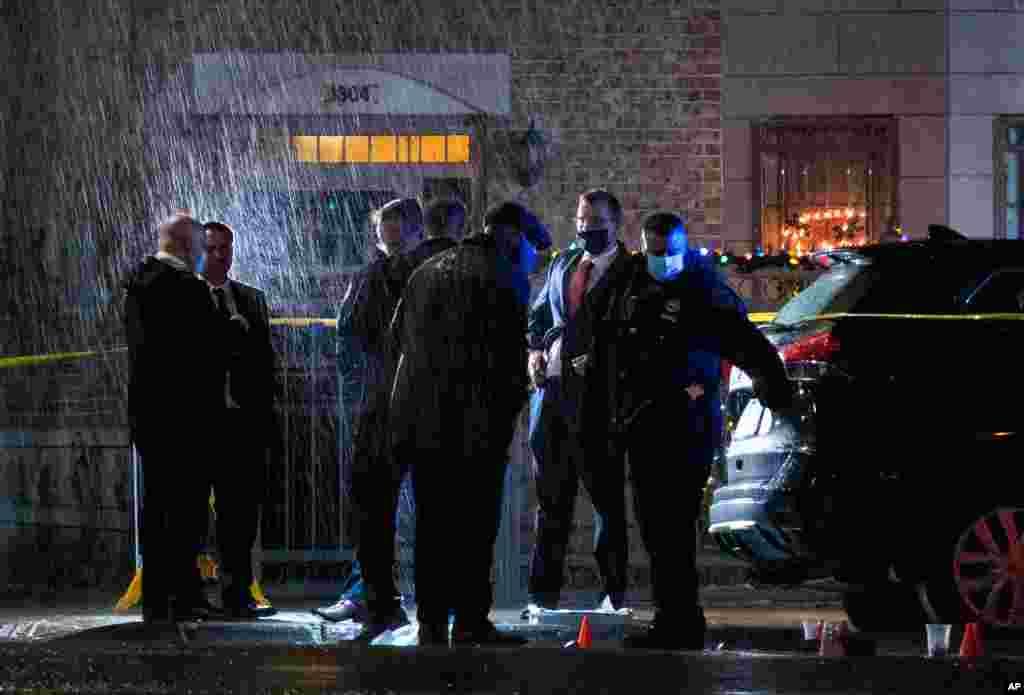 미국 뉴욕주 브루클린에서 지난 24일 가정 폭력 신고를 받고 출동한 뉴욕시 경찰이 총에 맞아 쓰러진 현장을 조사하고 있다. 총에 맞은 경찰은 방탄 조끼를 입고 있어 목숨을 구했다.