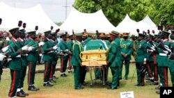 Maafisa wa jeshi wakiwa wamebeba jeneza la hayati mkuu wa jeshi la Nigeria Ibrahim Attahiru aliyefariki katika ajali ya ndege Ijumaa.