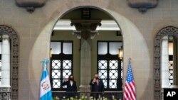 7일 과테말라를 방문한 카멀라 해리스 미국 부통령(왼쪽)이 알레한드로 지아마테이 과테말라 대통령과의 회담에 앞서 기념촬영을 했다.