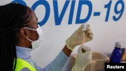 ARHIVA - Imunizacija vakcinom kompanije Astra Zeneka u Britaniji (Foto: Reuters)