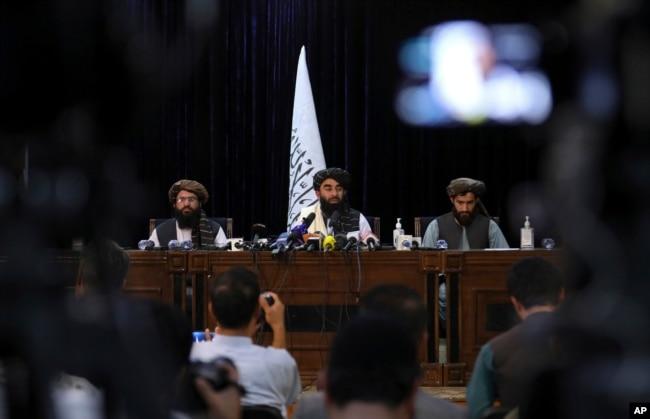 کابل پر قبضے کے بعد طالبان کی پہلی پریس کانفرنس میں عبد القہار بلخی (دائیں جانب) نے مترجم کے فرائض انجام دیے۔