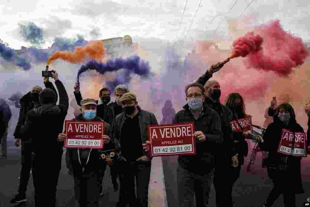 گروهی از معترضان به محدودیتهای اجباری در فرانسه در شهر لیون در مرکز این کشور به خیابان آمده اند و از این تصمیم مکرون رئیس جمهوری فرانسه ناراضی هستند.