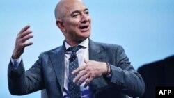 En esta fotografía tomada el 22 de octubre de 2019, el fundador de Blue Origin, Jeff Bezos, habla en Washington, DC.