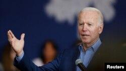 Kandidat capres Partai Demokrat, mantan presiden Joe Biden dalam acara dengan pendukungnya, Vivica A. Fox, di Conway, South Carolina, 27 Februari 2020. (Foto: Reuters)