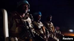 Abasirikare ba Etiyopiya bo mu nteko UNAMID peacekeepers from Ethiopia prepare to go on a night patrol on a pick-up vehicle, in Gereida (South Darfur).