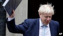 Premijer Velike Britanije Boris Džonson izlazi iz svoje rezidencije u Dauning ulici (Foto: AP)