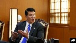 资料照片:负责经济增长、能源与环境事务的国务次卿克拉奇在首尔与韩国外长康京和交谈。(2019年11月6日)