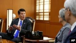 國務院負責經濟發展、能源和環境事務的副國務卿克拉奇在南韓與南韓外長會面。(2019年11月6日)
