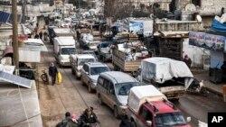 شامی فوج کی کارروائی کے نتیجے میں ادلب سے بے دخل ہونے والے لاکھوں افراد پناہ کی تلاش میں۔