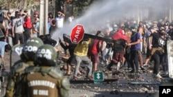 Manifestants réclamant une aide alimentaire de l'Etat dans un quartier pauvre de Santiago, Chili, 18 mai 2020. (AP Photo/Esteban Felix)