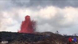 Le volcan Kilauea à Hawaï projette lave et rochers
