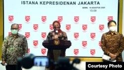 Menaker Ida Fauziyah (tengah), Dirut BPJS Ketenagakerjaan Agus Susanto (kiri) dan Ketua Satgas PEN Budi Gunadi Sadikin dalam konferensi pers di Istana Kepresidenan, Jakarta, Senin (10/8). (Setpres RI)
