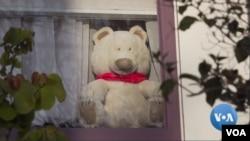 미 서부 캘리포니아주 오클랜드의 많은 집 창문에 테디베어 인형이 놓여져 있다.
