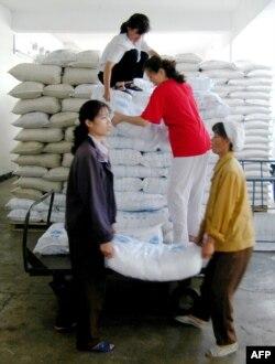 지난 2003년 6월 북한 평양의 한 식료품 공장 노동자들이 세계식량기구(WFP)가 지원한 식량을 옮기고 있다.