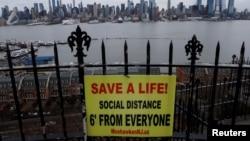 Znak u Nju Džerziju koji upozorava da se drži distanca od drugih dva metra i tako spasi život
