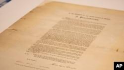 غلامی کے خاتمے کا مسودہ قانون جس پر صدر ابراہم لنکن نے دستخط کیے۔ (فوٹو ایسوسی ایٹڈ پریس)
