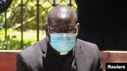 Padiri Katolika, Richard Onyango Oduor ahejeje kwegekwako icaha co gukwirakwiza umugera wa Corona. Nairobi, Kenya, kw'italiki 16/04/2020.