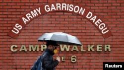 주한미군 신종 코로나 바이러스 확진자가 발생한 대구의 캠프 워커 미군기지 입구.
