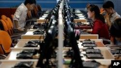 ARHIVA - Severnokorejci za kompjuterskim terminalima u Saj-Tek kompleksu u Pjongjangu, 16. juna 2017. (Foto: AP)