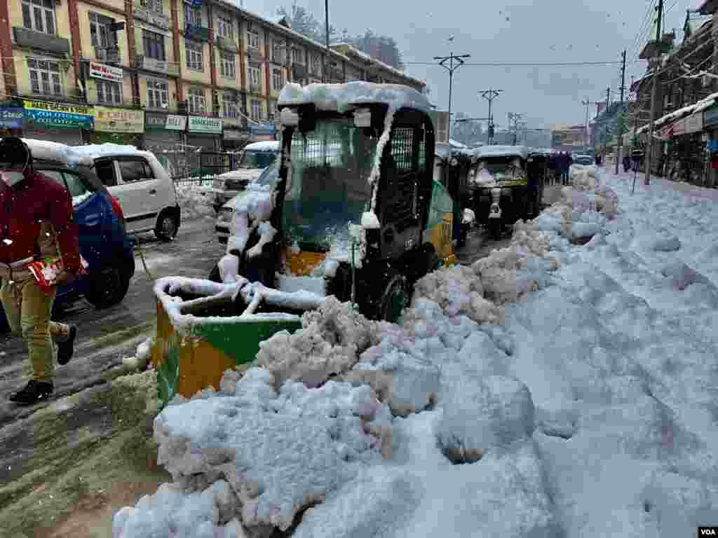 شدید برفباری کے بعد سرینگر میں مشینوں کے ذریعے سڑکوں پر سے برف ہٹائی جا رہی ہے تاکہ ٹریفک کی روانی معطل نہ ہو۔