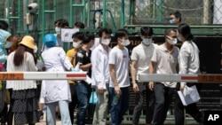 Warga antre untuk tes Covid-19 di pusat tes corona yang didirikan di luar fasilitas olah raga di Beijing, China, 16 Juni 2020.