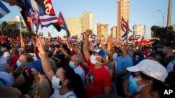 Učesnici kulturno-političkog skupa u Havani izražavaju podšrku kubanskoj revoluciji šest dana poslije anti-vladinih protesta u Havani, 17. jula 2021.
