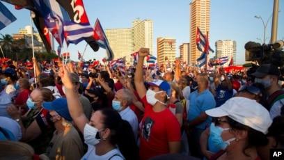 Ribuan warga menghadiri acara politik di Malecon Avenue untuk menunjukkan dukungan kepada revolusi Kuba setelah gelombang unjuk rasa anti-pemerintah selama enam hari di Havana, Sabtu, 17 Juli 2021.