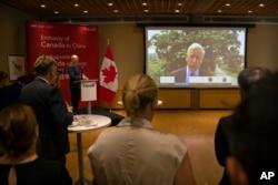 지난 11일 도미닉 바튼 중국 주재 캐나다대사가 중국 법원이 캐나다인 대북 사업가 마이클 스페이버 씨에 대해 11년 징역형을 선고한 뒤 베이징에서 화상으로 발언하고 있다.