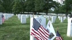 服役美军向阿灵顿国家公墓阵亡将士敬献国旗